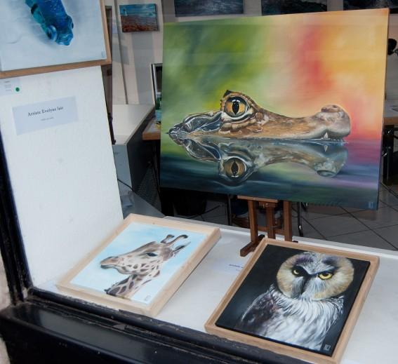 Une sélection des oeuvres de l'artiste Evelyne Lair dans la vitrine de la galerie l'Art'monie